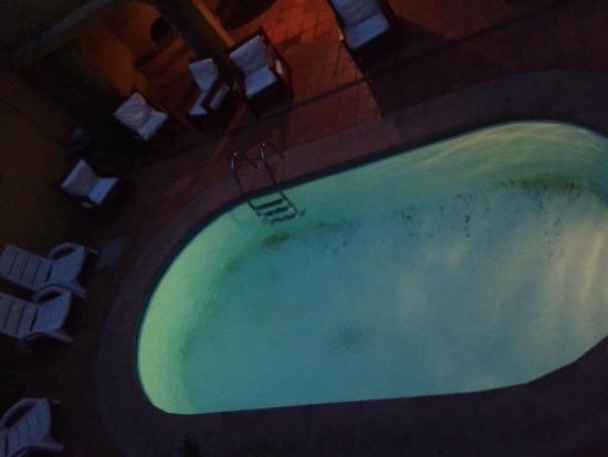 Hotel Lujan: Piscina en la noche.
