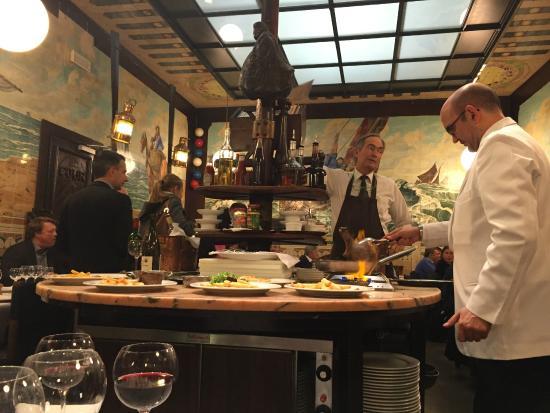 Vincent: レストラン中央にドレッシングやステーキソースを作る場所が