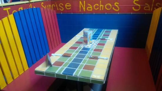 Ahora Restaurant Mexicain: Colored Tables