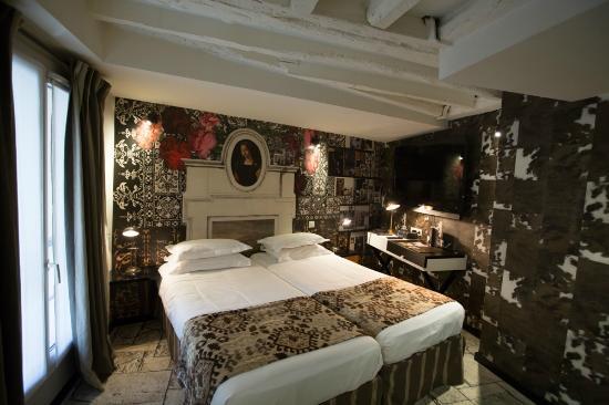 Une chambre avec poutres apparentes plutôt romantique - Picture of ...