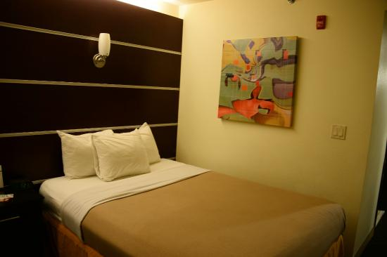 Days Inn & Suites Milwaukee: Hotel room