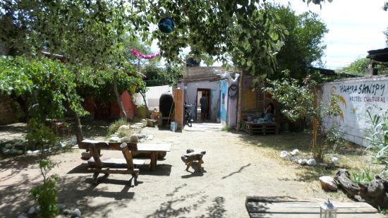 Huayra Sanipy: la zona de descanso o patio trasero del hostel