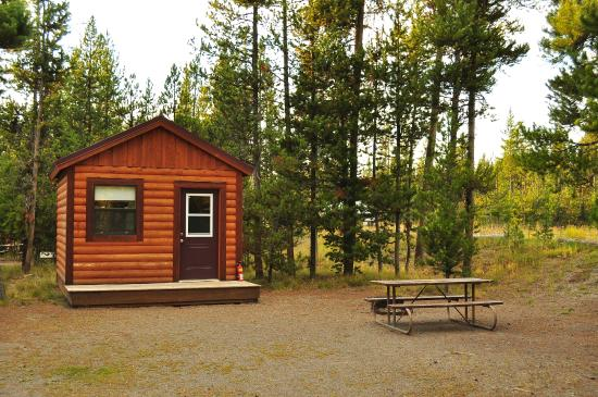 A neighboring cabin all cabins had picnic tables for Headwaters cabins gran teton recensioni