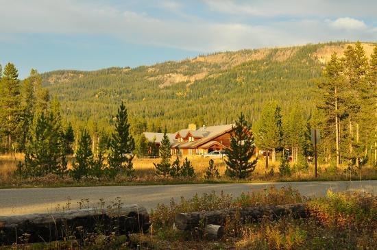 Main lodge just across the street for Headwaters cabins gran teton recensioni