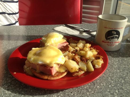 Martha's Diner : Eggs Benedict