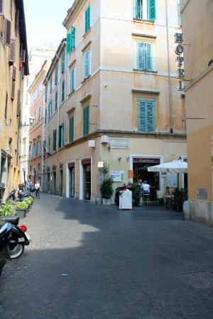 Hotel Smeraldo: Outside the Annex, beside the main hotel