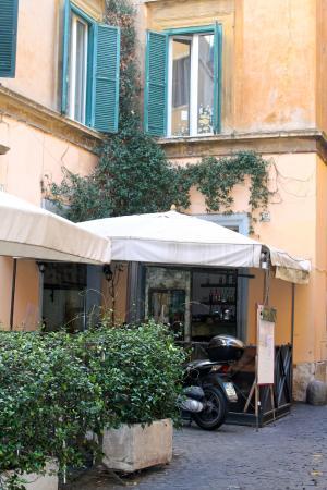 Hotel Smeraldo: Cafe across the street