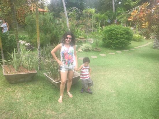 Viveiro Tracoa: Natureza exuberante! Eu e me filho apreciando o viveiro