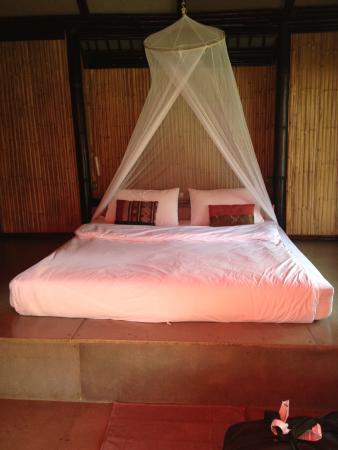 Cocotero Resort The Hidden Village : bed