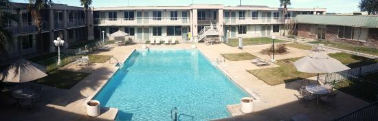 Days Inn Seguin TX: Big Courtyard