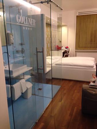 Hotel Gollner : Camera matrimoniale con bagno e doccia con pareti in vetro