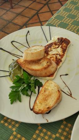 Entrante de queso blanco a la plancha con salsa de melon y aguacate