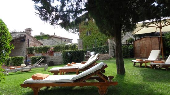 Hotel Borgo San Felice: Espreguiçadeiras a sombra de árvores