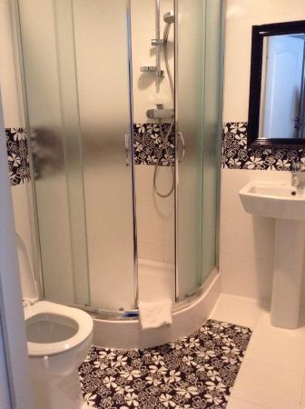 Chmielna Guest House: baño privado y limpio
