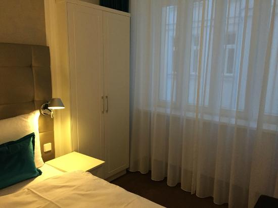room picture of motel one wien staatsoper vienna. Black Bedroom Furniture Sets. Home Design Ideas