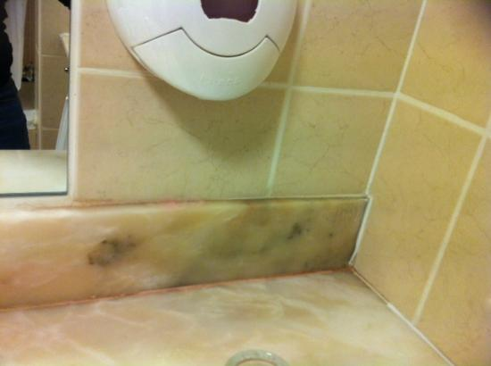 Esplanade Hotel: Weird pink discoloration on bathroom counter