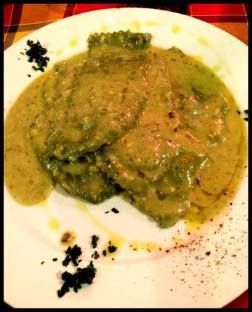 Il Porfido: Ravioli con fonduta al pesto di pistacchi