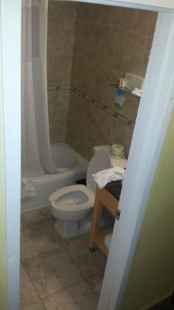 Days Inn Washington DC/Connecticut Avenue: small bathroom