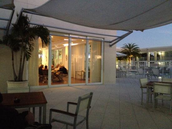 Ramada Venice Hotel Venezia: View of the far end of bar and pool area.