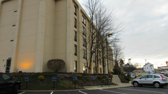 Hampton Inn Pittsburgh - Airport: Hotel from parking lot