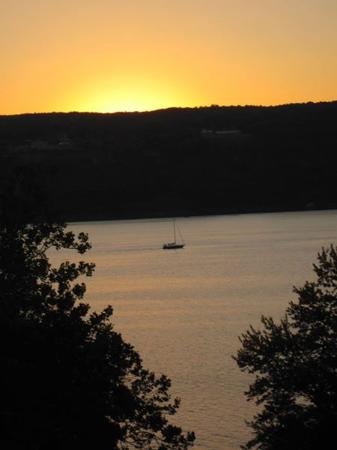 Finger Lakes Waterfall Resort: the view from the hole at sunset