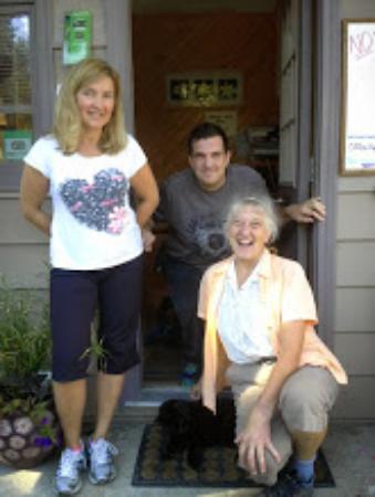 Peacock Villa Motel : Karen an staff with Jake the cat