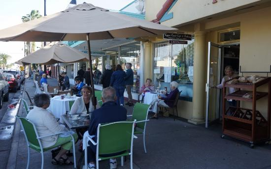 Upper Crust Cafe & Bakery: Outside Patio