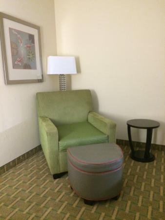 Holiday Inn Express Kennesaw NE - Acworth: Extra seating area in the room, made for a much larger room.