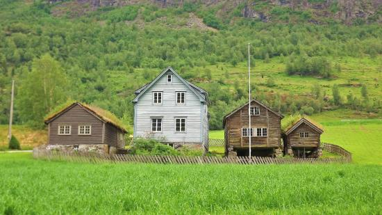 Stryn, Norwegia: Olde Home along the Road to the Red Church with grass covered roofs