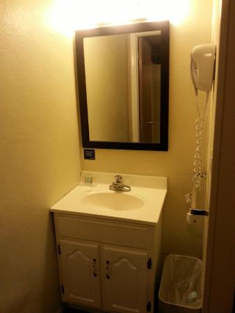 Travelodge Hershey: sink outside of bathroom