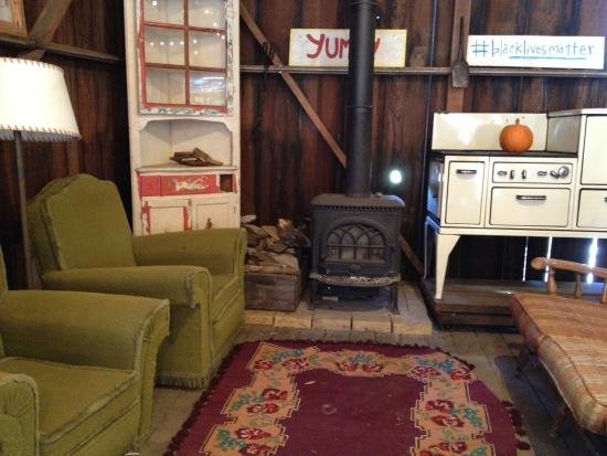 Pescadero, Kaliforniya: Inside the barn - eclectic mix of furniture