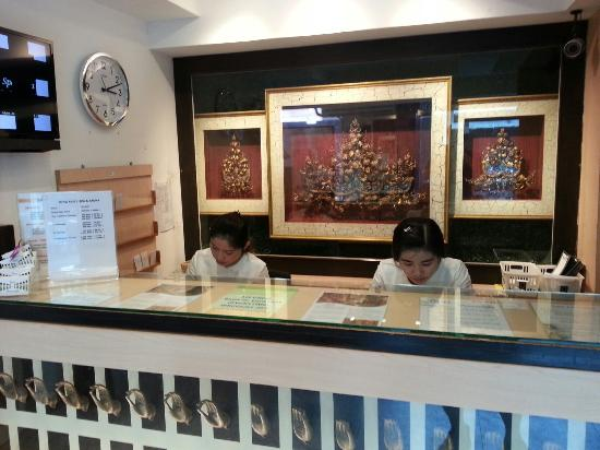 King and I Spa and Massage: 受付 1階に移っていました。