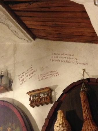 Cantina Tipica Bressan: Scritte sulla parete