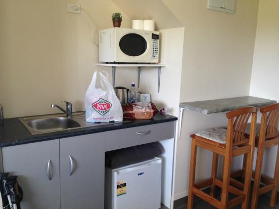 Split Level Backpacker & Accommodation: kitchenette
