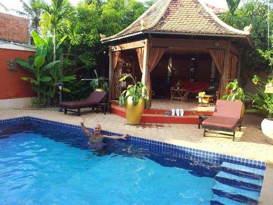 Sun Sothy Guesthouse: Votre hôte dans sa piscine !!