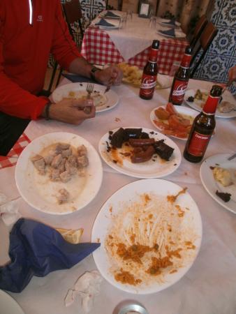 Restaurante El Hervidero Casa Macareno: Lomo al ajillo, chorizo, morcilla, papas a lo poble, tomate aliñao