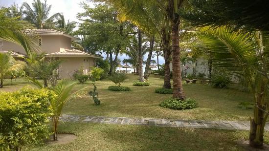 Residence C'est Ici: Le jardin depuis la terrasse