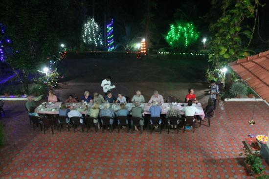 Abendessen an der Tafel im Hof