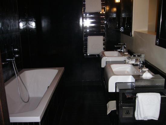 Bagno con due lavandini vasca e ampia doccia wc a parte in uno stanzino picture of sofitel - Grand tour bagno ...