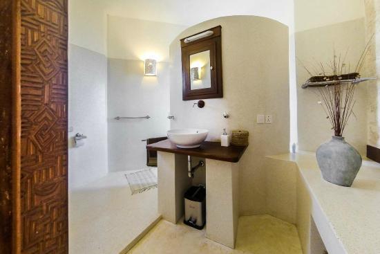The Charming Lonno Lodge: large bathroom