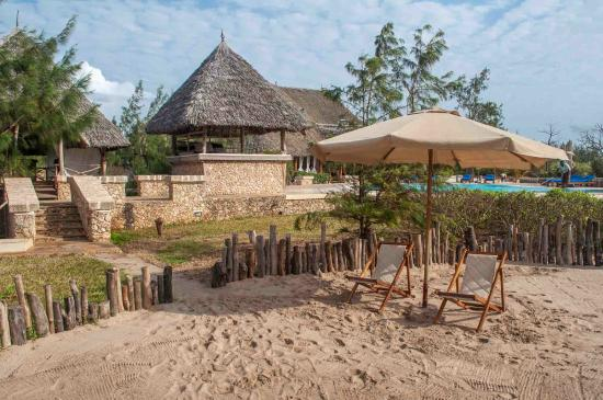 The Charming Lonno Lodge: Beach on the cliff