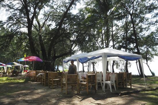 Krua Parichart: Dining on the beach, literally