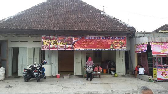 Klaten, Indonesien: Lesehan bu sumeh ..nila bakar lele bakar ayam kampung bakar dan spesial es durian.depan umbul po