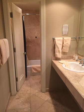 Eldridge Hotel: Nice shower/bath area.