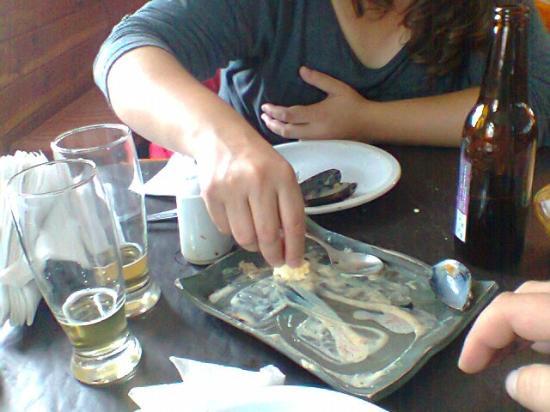 Placeres Patagonicos: lo ricas que estaban esas papas con salsa de mariscos, que le pasamos el pancito
