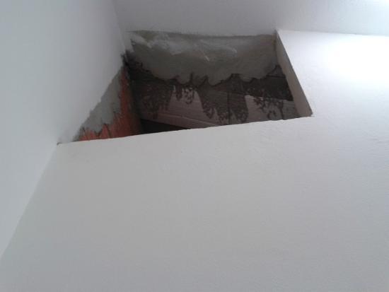 Pousada Camila: Acesso ao sótão sem acabamento