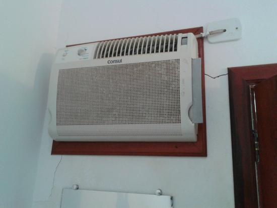Pousada Camila: Ar condicionado fraco para o tamanho do quarto e rachaduras na parede