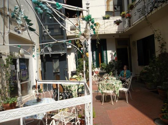 Central Hostel Florence: Внутренний дворик, справа в глубине - вход