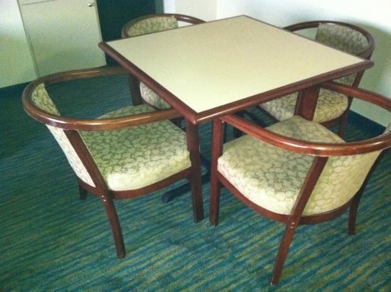 Hampton Inn Valdosta/Lake Park Area: Older scratched furniture