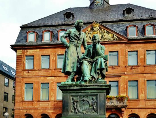 Hanau, Jerman: National Grimm Brothers Statue in front of the old Town Hall